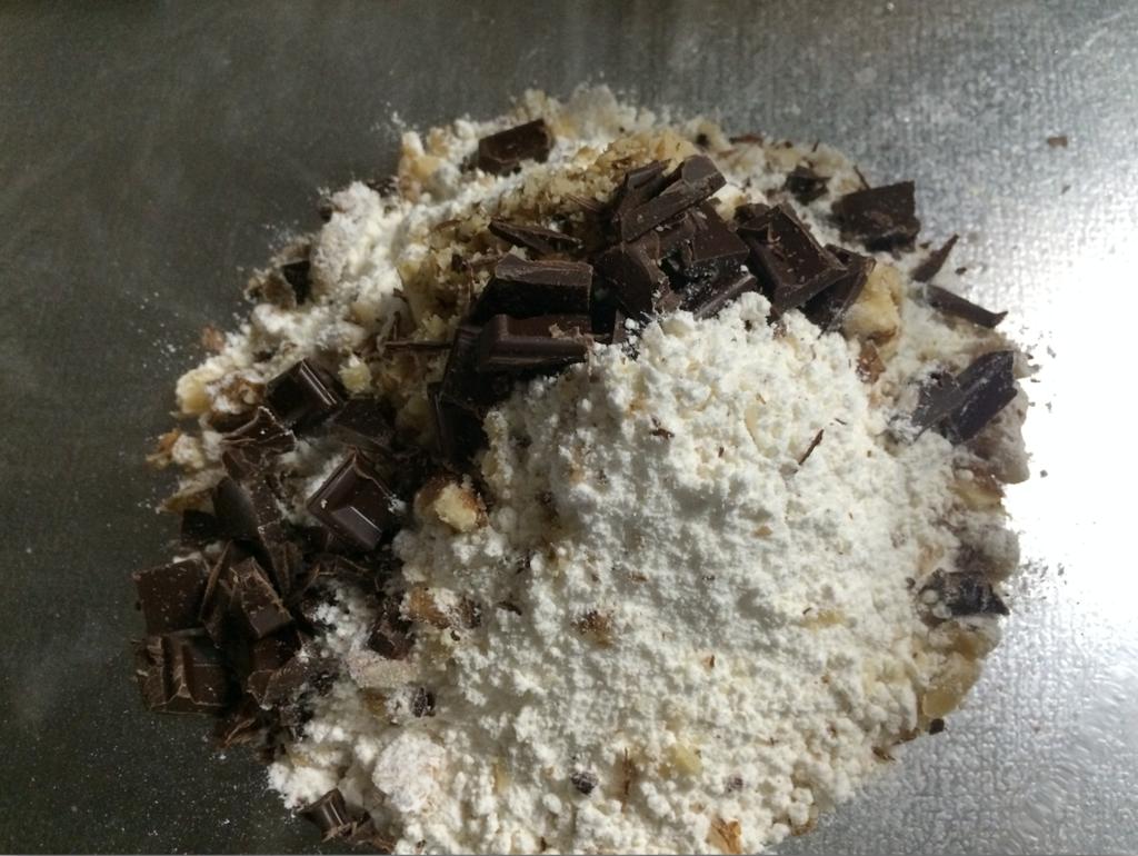 ホットケーキミックスにチョコとくるみを混ぜる